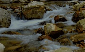小溪流水为何潺潺地响?